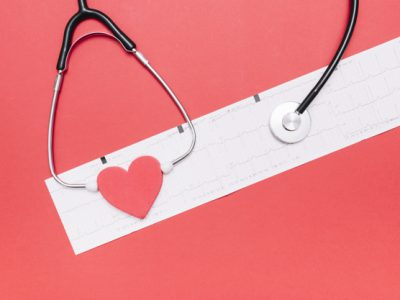 estetoscopio-corazon-cardiograma_23-2147796493