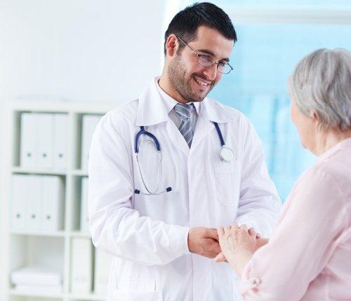 joven-medico-apoyando-su-paciente_1098-2237