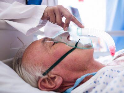 mano-doctora-poniendo-mascara-oxigeno-cara-paciente_107420-63870