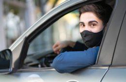 retrato-joven-conduciendo-su-coche-vistiendo-mascarilla-nuevo-concepto-estilo-vida-normal_58466-14631