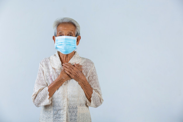 abuela-pone-manos-cerradura-espera-lo-mejor-campana-mascara-cencept_1150-21821