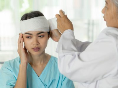 accidente-pacientes-lesion-dolor-cabeza-mujer-hospital-concepto-medico_1150-21718