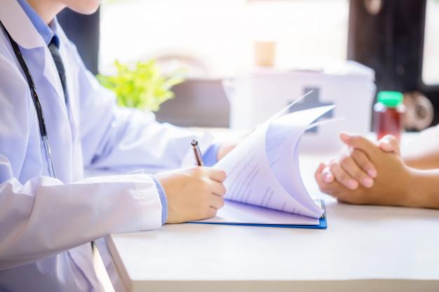 cuide-al-paciente-asesor-hombre-mientras-que-llena-formulario-solicitud-escritorio-hospital_1150-12966