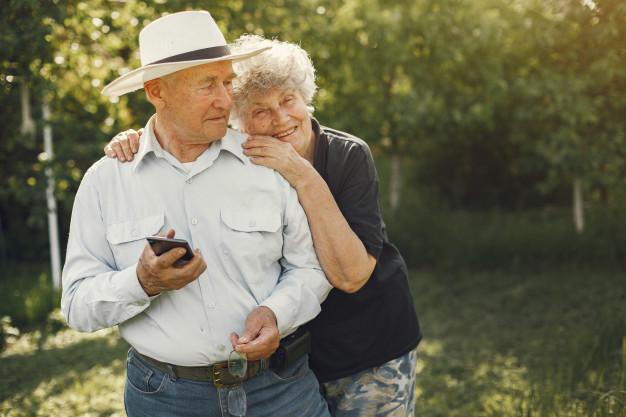 hermosa-pareja-ancianos-pasar-tiempo-jardin-verano_1157-38480