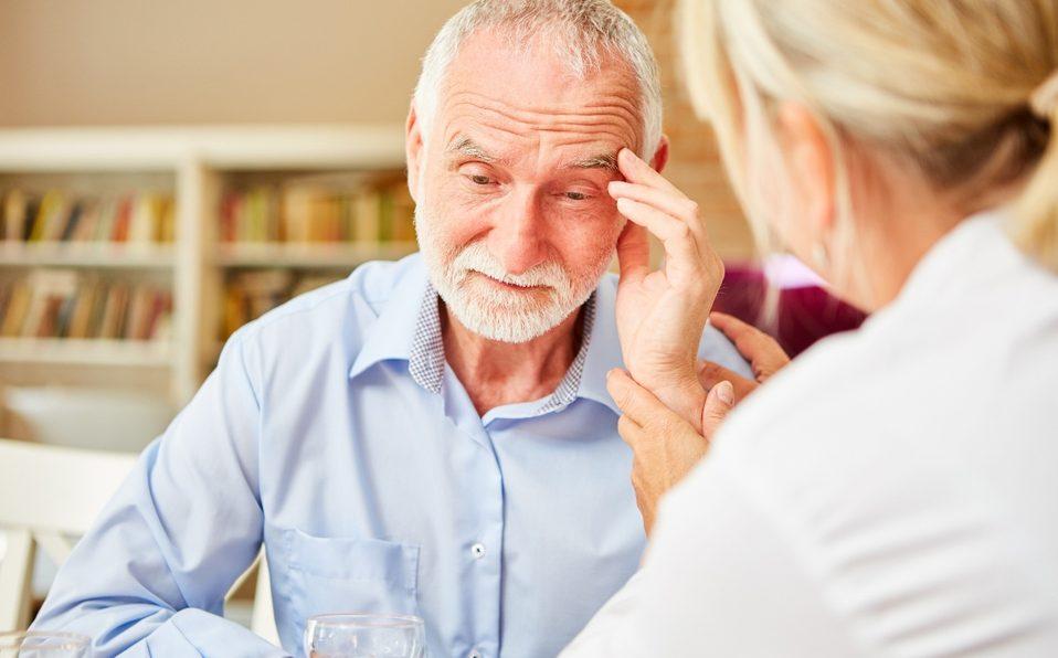 Se estima que el alzhéimer, la forma más común de demencia, afecta a 50 millones de personas en todo el mundo y generalmente comienza después de los 65 años. Destruye progresivamente el tejido cerebral, afectando la memoria de las personas, dejándolas desorientadas y en ocasiones incapaces de realizar las tareas cotidianas. También se asocia con marcados cambios de humor y problemas de comunicación.