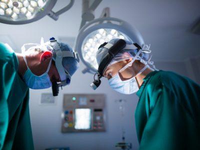 cirujanos-que-usan-lupas-quirurgicas-mientras-realizan-operacion_107420-64896