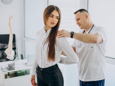 paciente-sexo-femenino-que-examina-columna-vertebral-fisioterapeuta-centro-vertebrologia_1303-26424